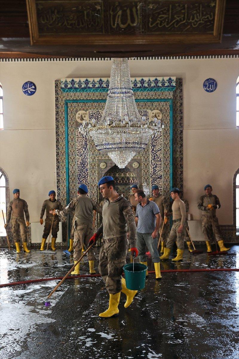 Kastamonu da komandolar, camiyi su ve köpükle yıkadı #7