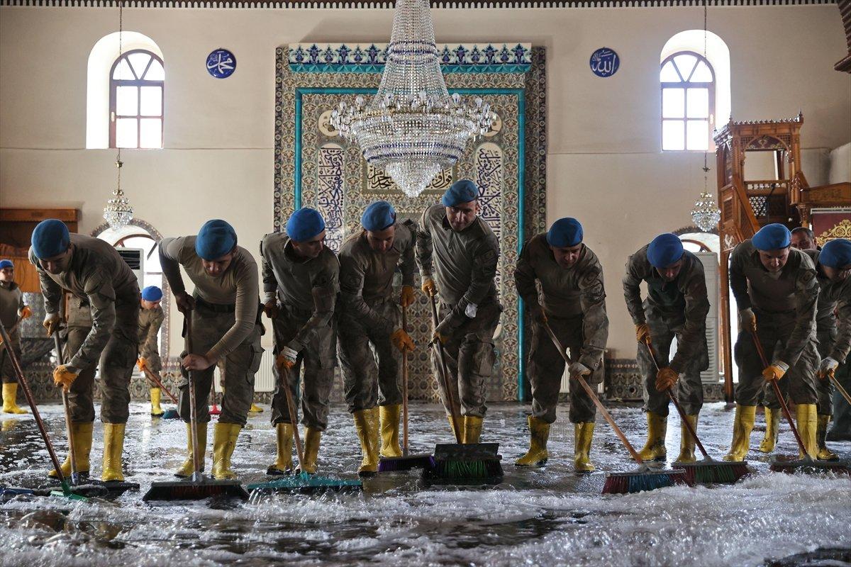 Kastamonu da komandolar, camiyi su ve köpükle yıkadı #8