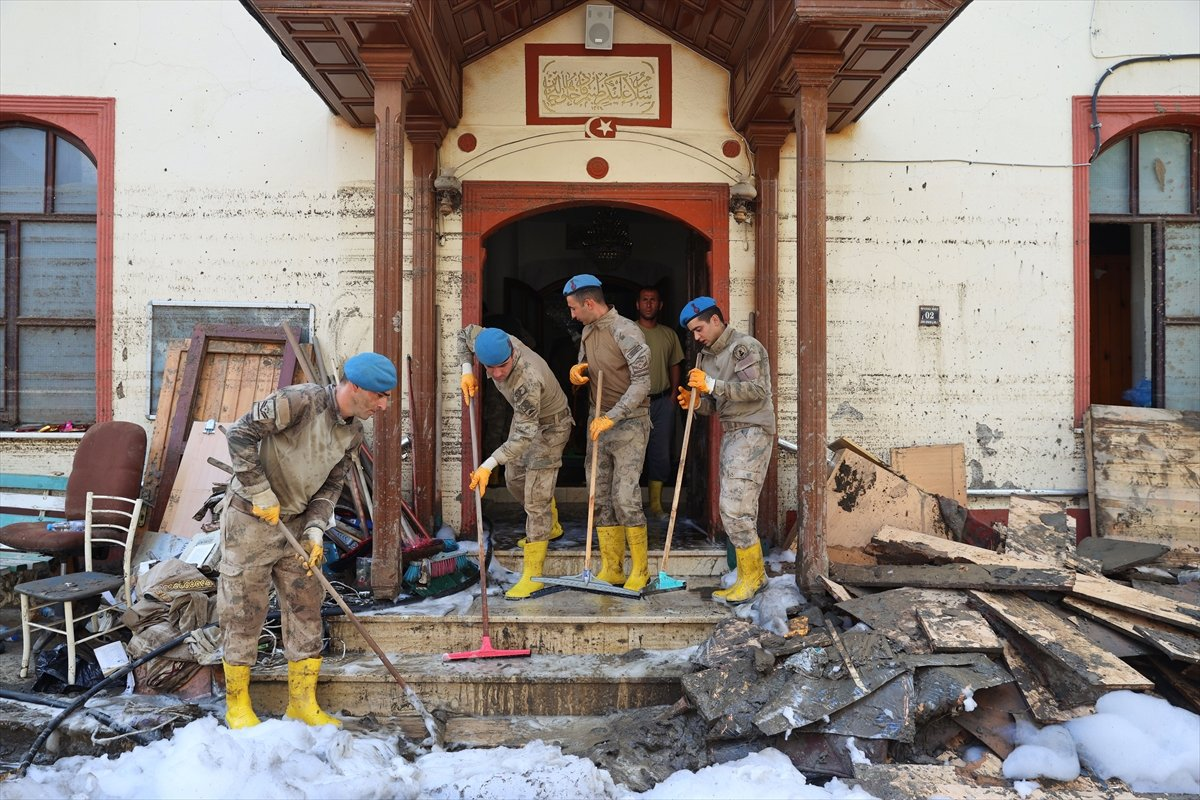 Kastamonu da komandolar, camiyi su ve köpükle yıkadı #1