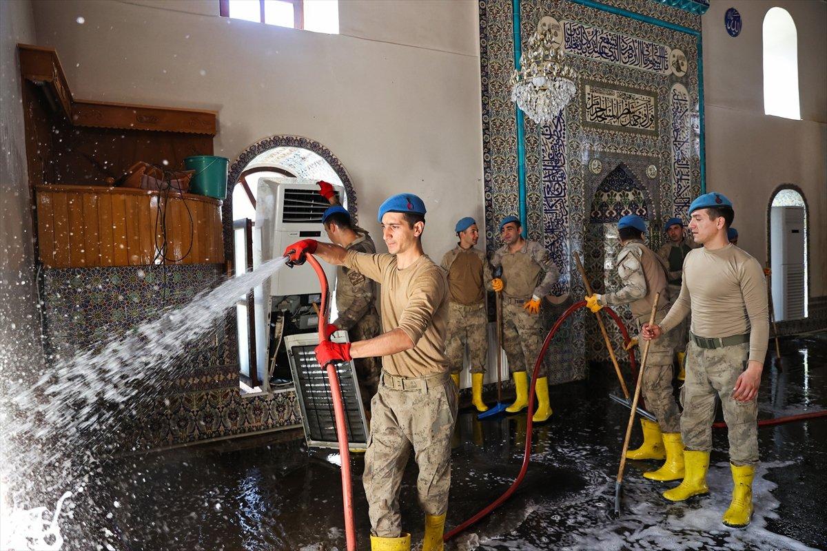 Kastamonu da komandolar, camiyi su ve köpükle yıkadı #5