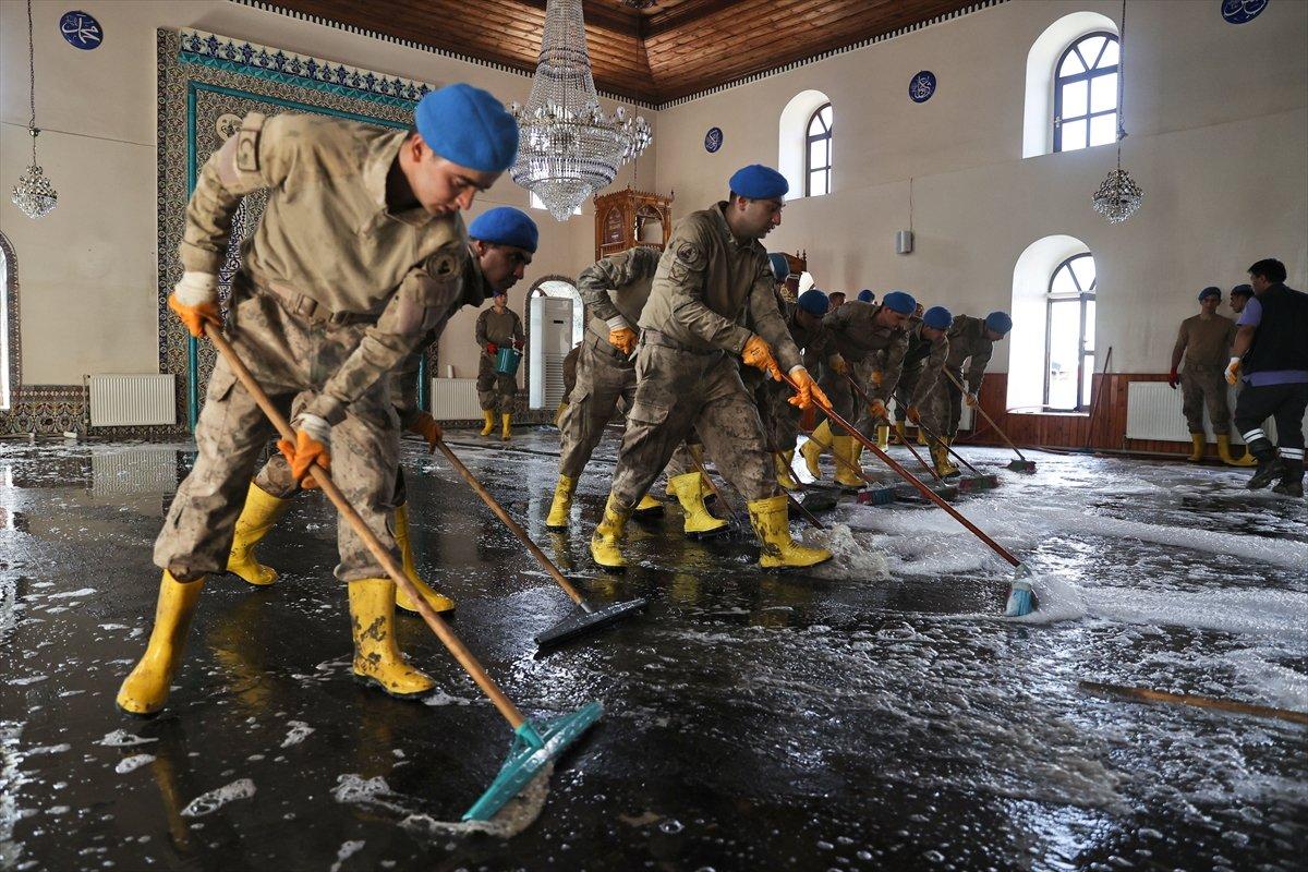 Kastamonu da komandolar, camiyi su ve köpükle yıkadı #9