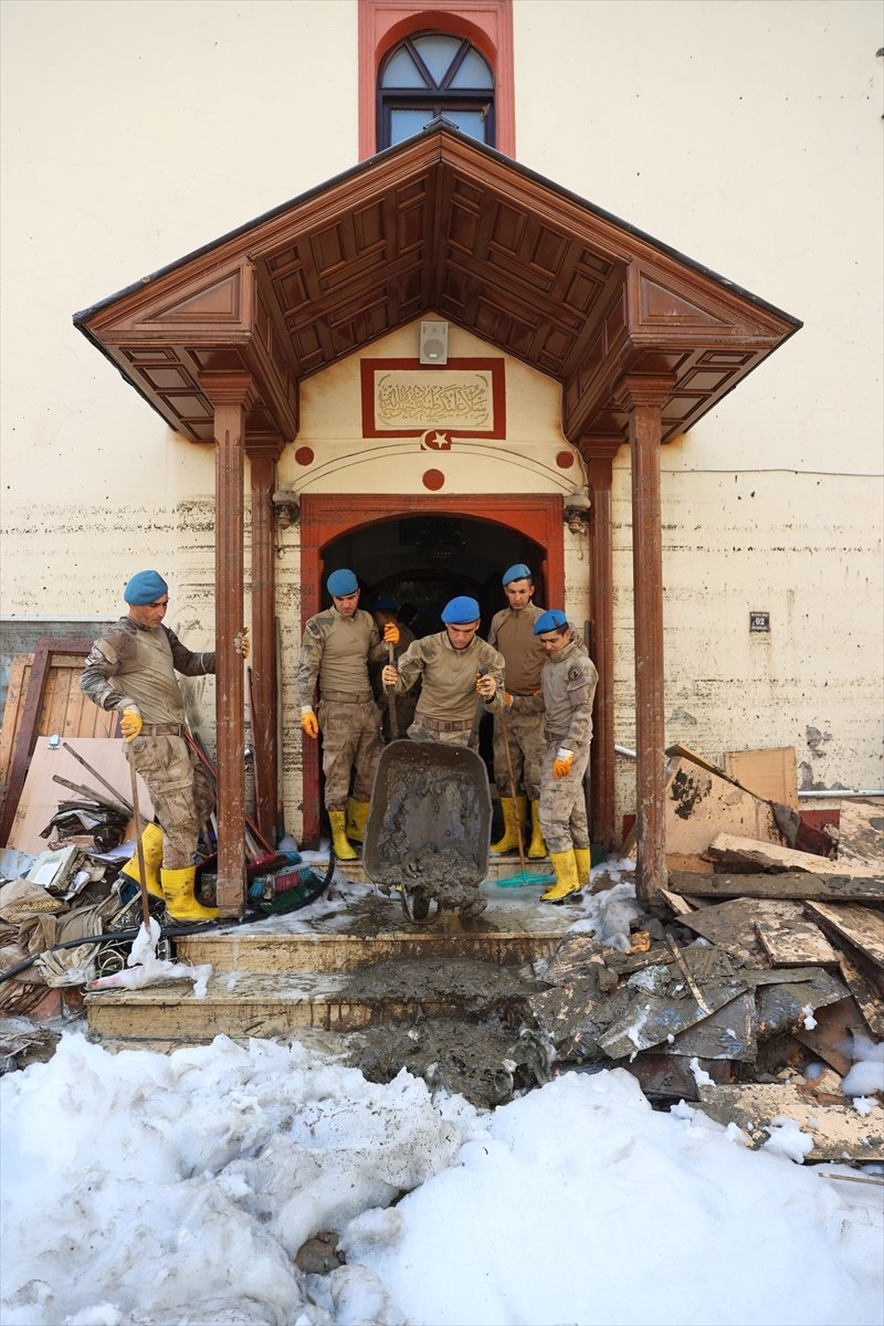 Kastamonu da komandolar, camiyi su ve köpükle yıkadı #4