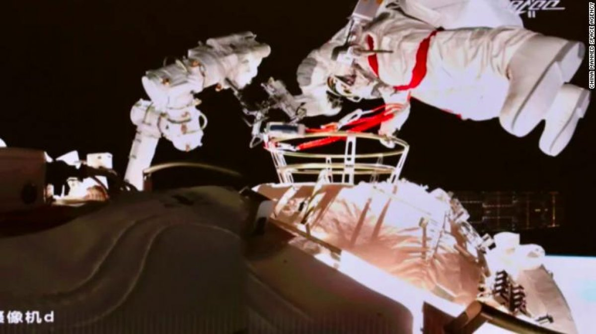 Çinli astronotlar, ikinci kez uzay yürüyüşünde #1