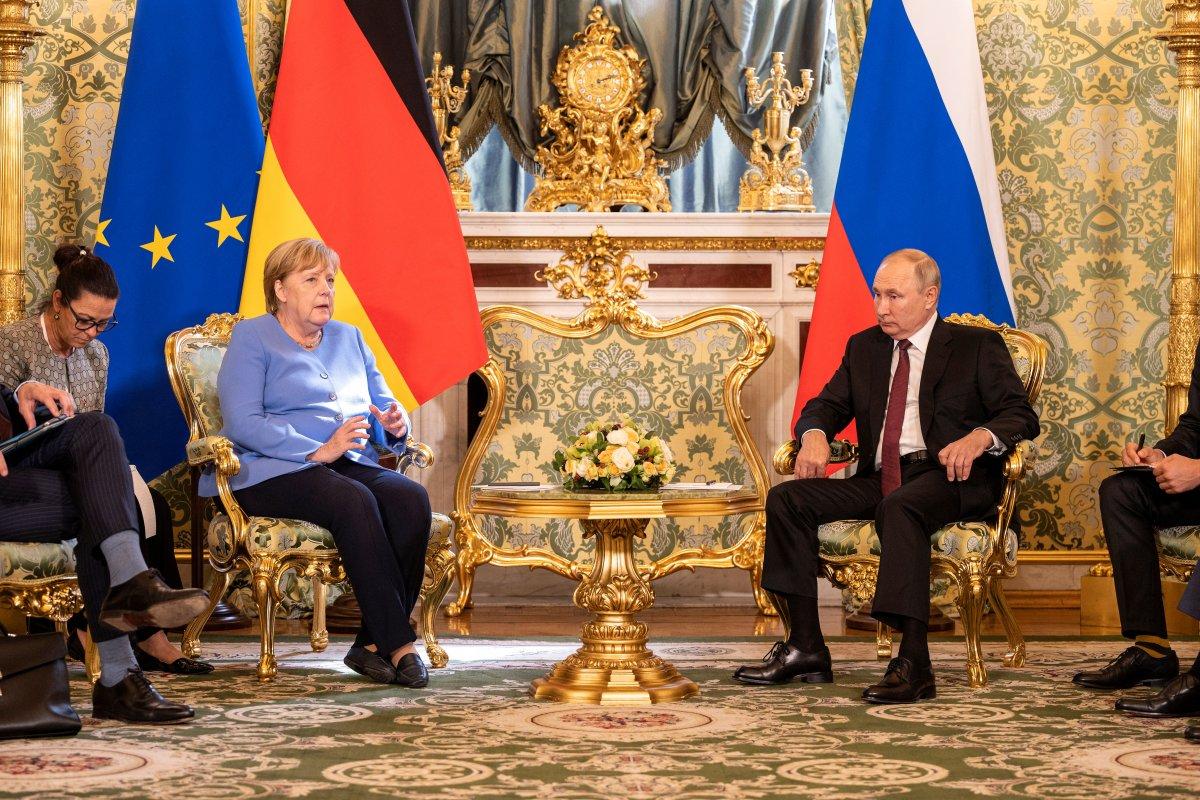 Vladimir Putin, Angela Merkel e çiçek hediye etti #2