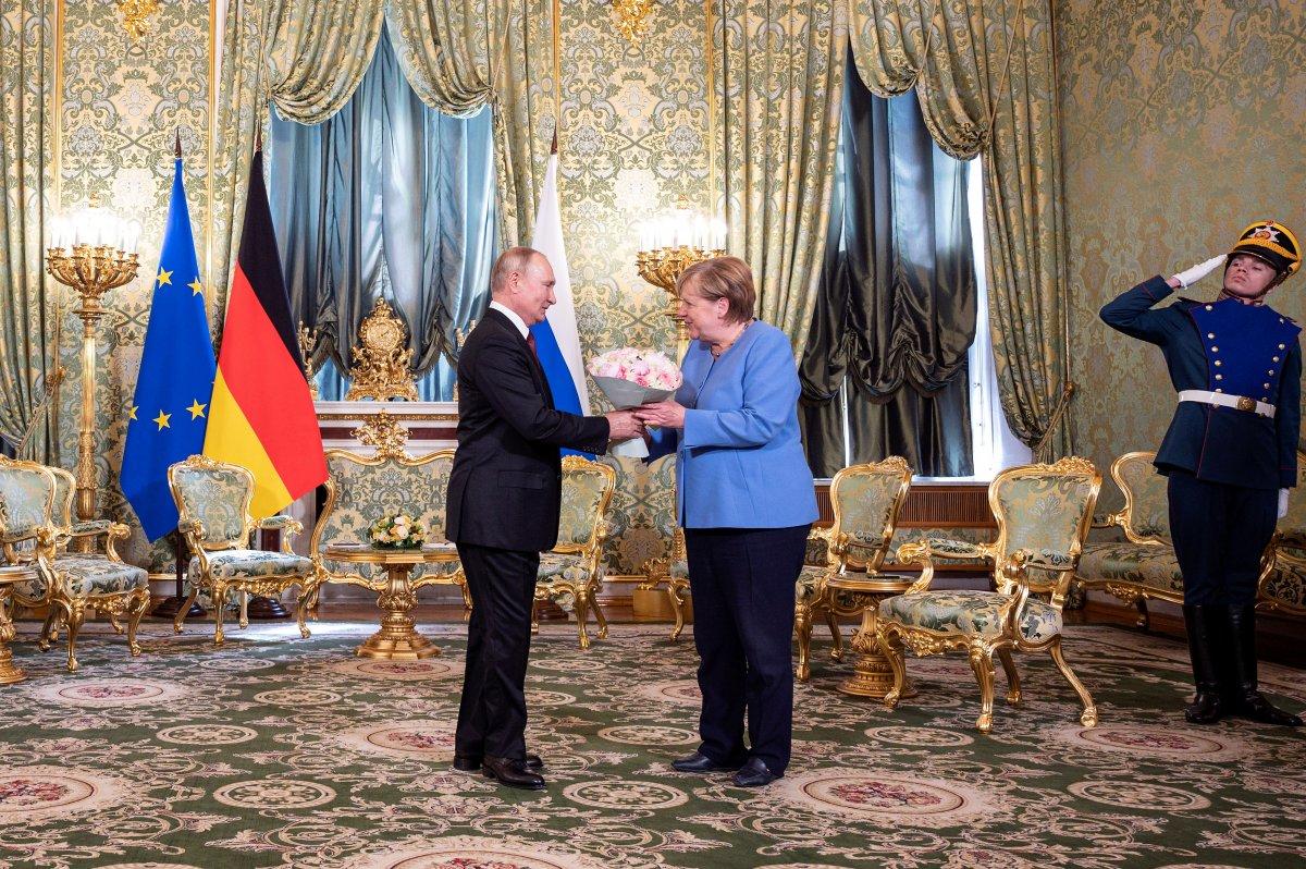 Vladimir Putin, Angela Merkel e çiçek hediye etti #1