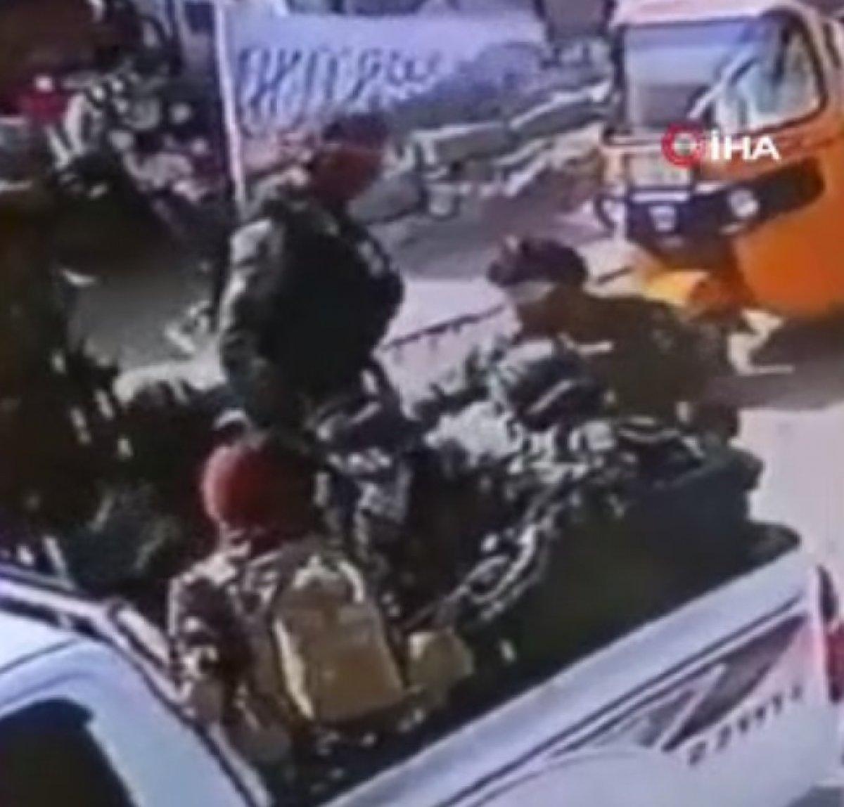 Taliban ın Afganistan bayrağı taşıyanlara müdahalesi  #3
