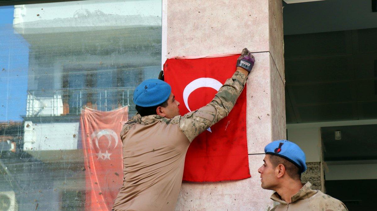 Sel bölgesindeki Türk askerinden  bayrak  sevgisi #4