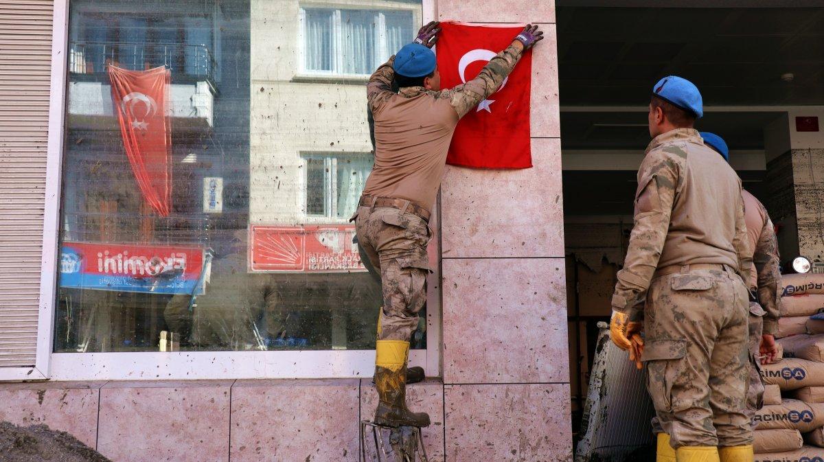 Sel bölgesindeki Türk askerinden  bayrak  sevgisi #3