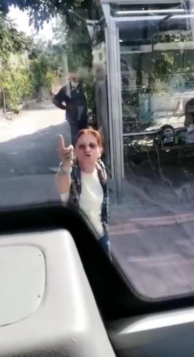 Antalya'da otobüste maske takmayı reddeden kadın olay çıkardı #1