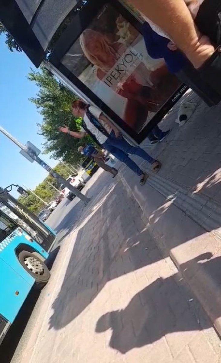 Antalya'da otobüste maske takmayı reddeden kadın olay çıkardı #2
