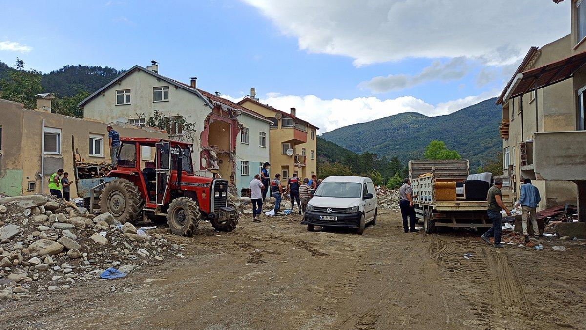 Sel felaketinin yıktığı Babaçay köyü sakinlerinden evlerine veda #3