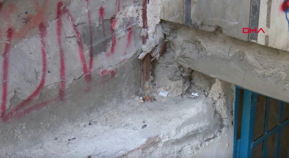 Sultangazi de duvarları çatlak 50 yıllık binanın ince demir direklerle desteklenmesi tepki çekti #4