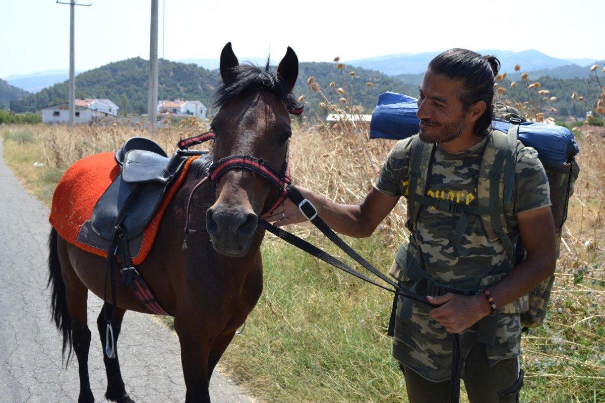 Doğa ve hayvan haklarına dikkat çekmek için atı ile yürüyor #5