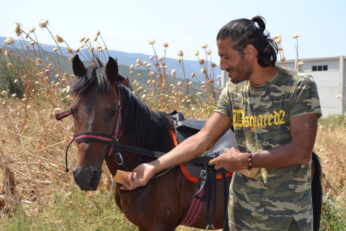 Doğa ve hayvan haklarına dikkat çekmek için atı ile yürüyor #4