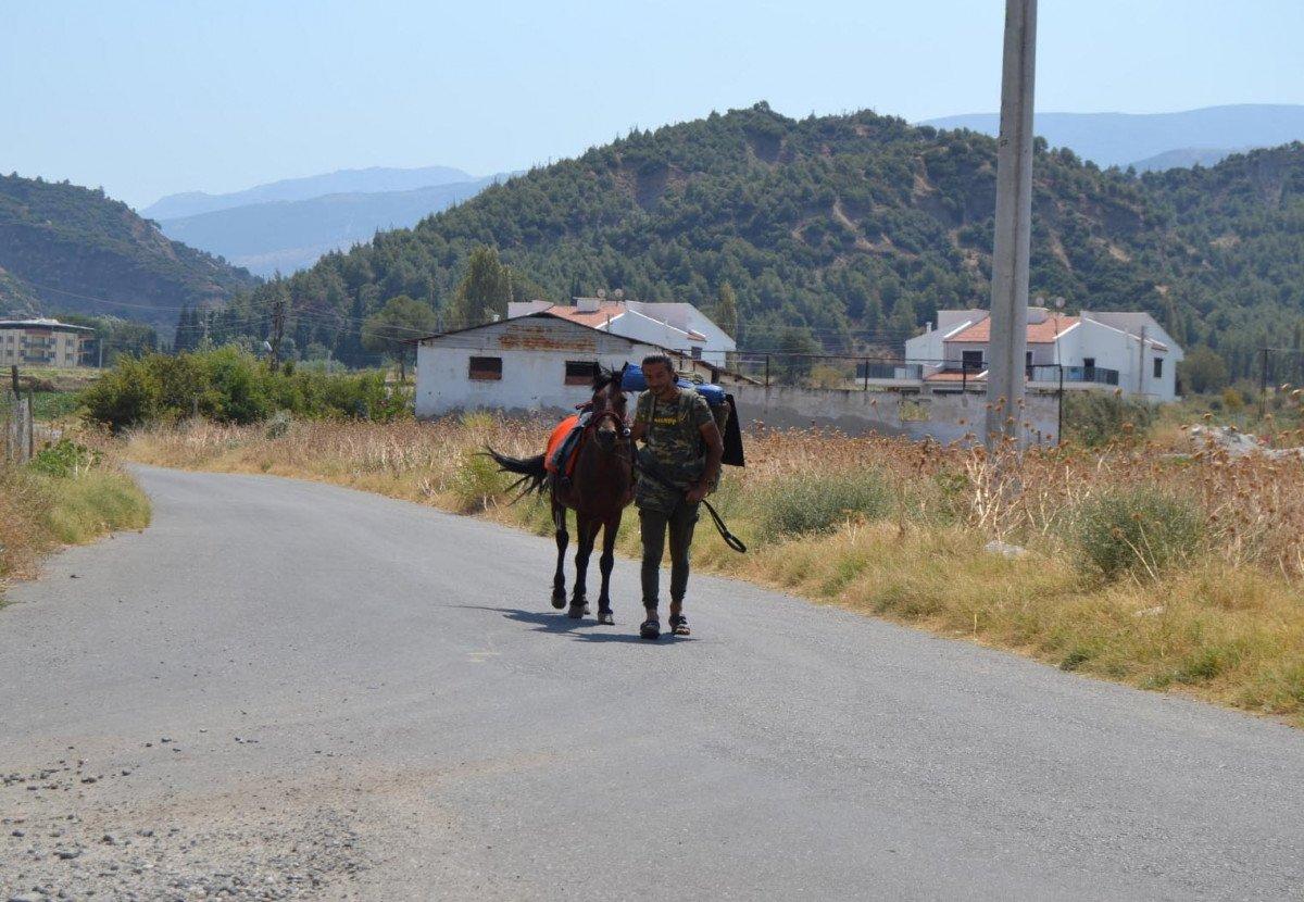 Doğa ve hayvan haklarına dikkat çekmek için atı ile yürüyor #8