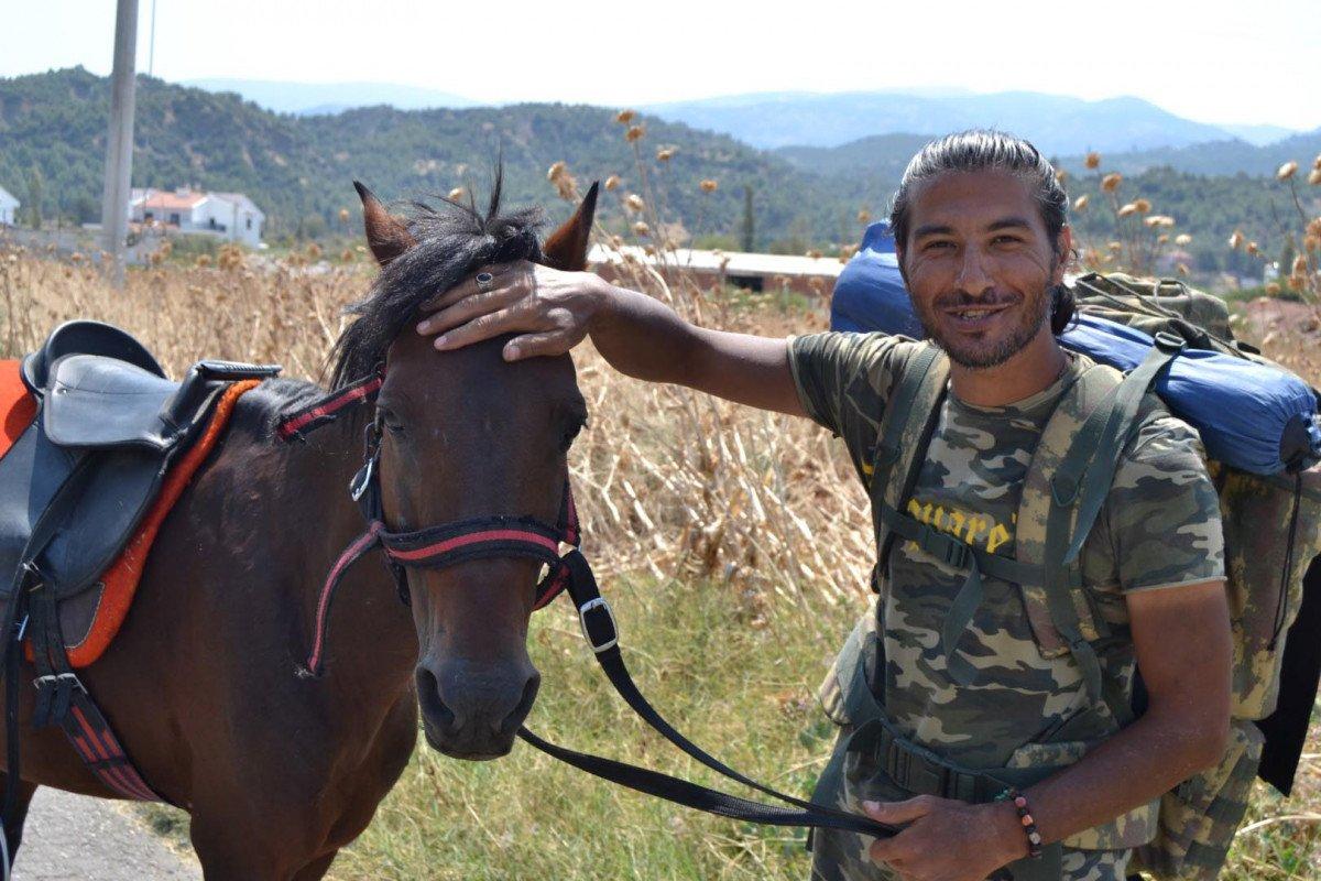 Doğa ve hayvan haklarına dikkat çekmek için atı ile yürüyor #3