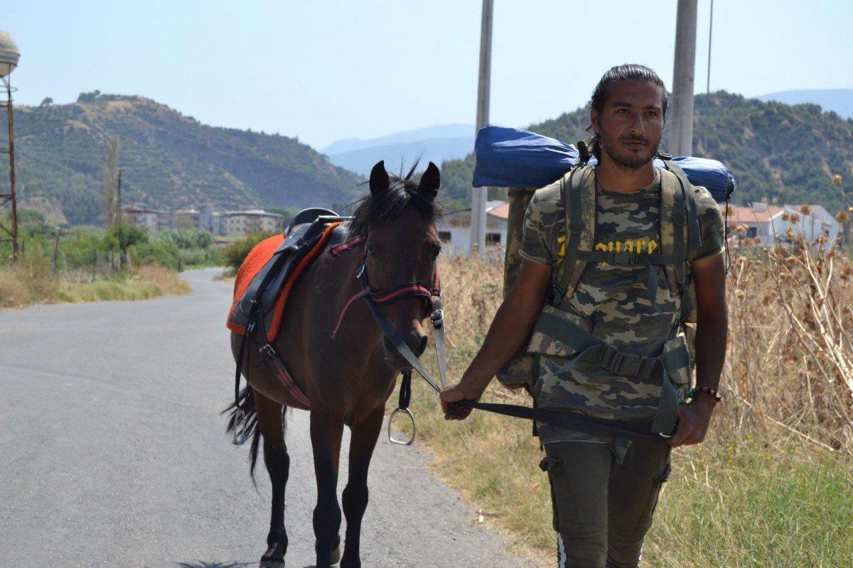 Doğa ve hayvan haklarına dikkat çekmek için atı ile yürüyor #9