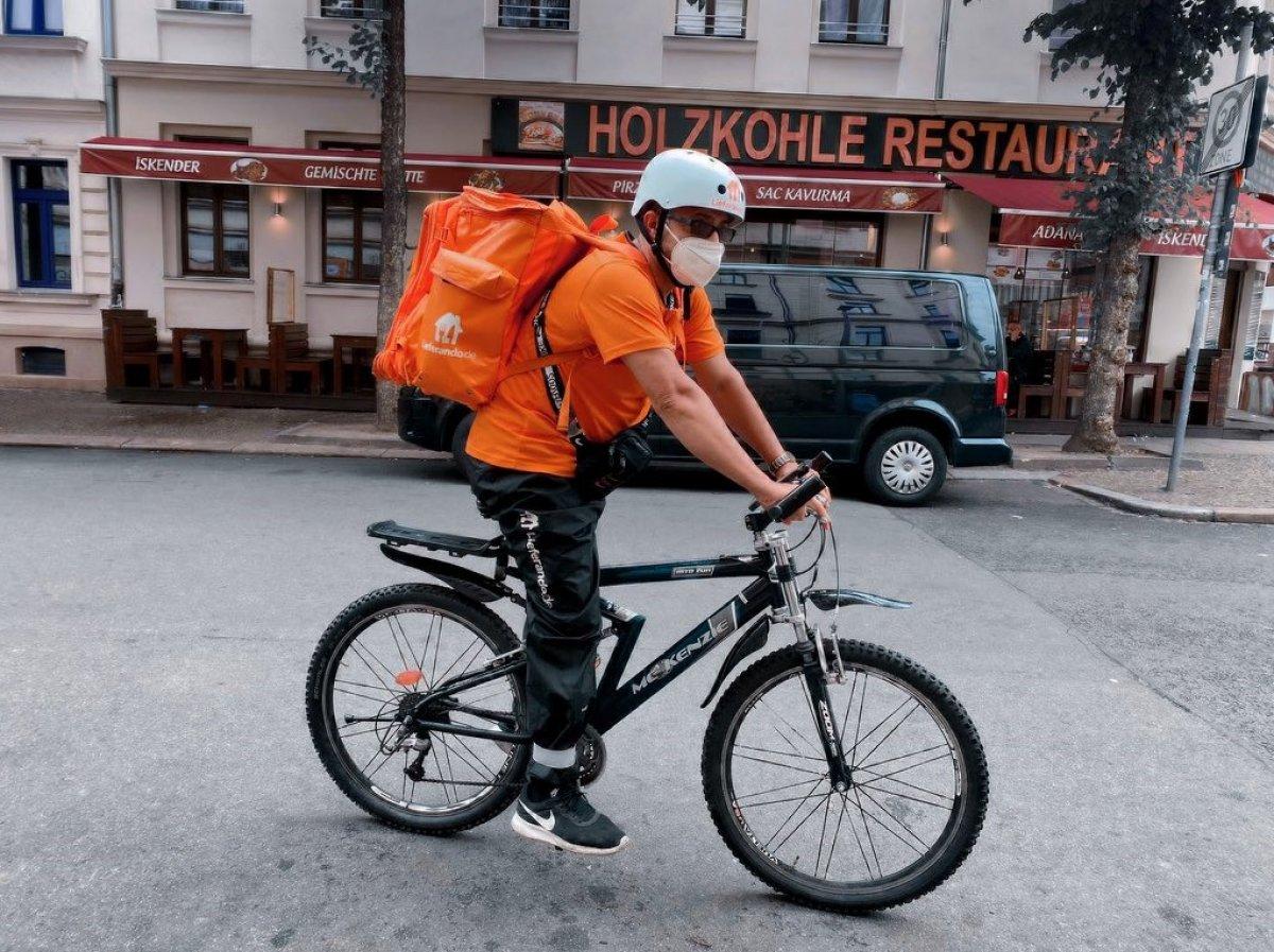 Afganistan'ın eski iletişim bakanı, Almanya'da bisikletli kurye oldu #1