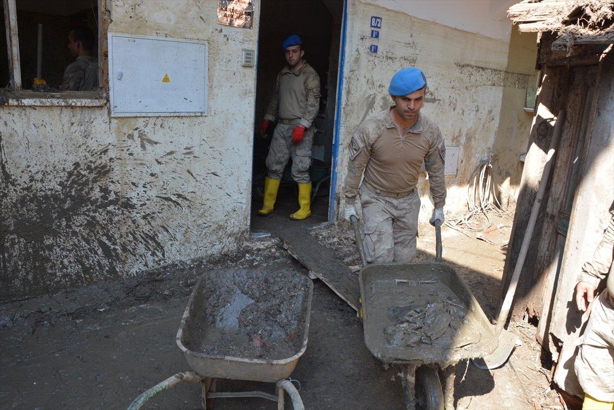 Kastamonu da sel mağdurları, destek için askerlere minnettar #1