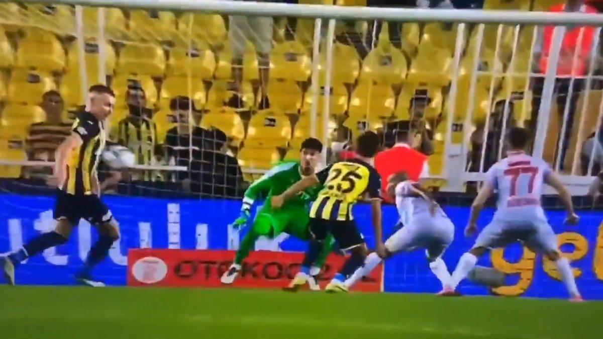 Fenerbahçe-Antalyaspor maçında tartışmalı penaltı pozisyonu #2