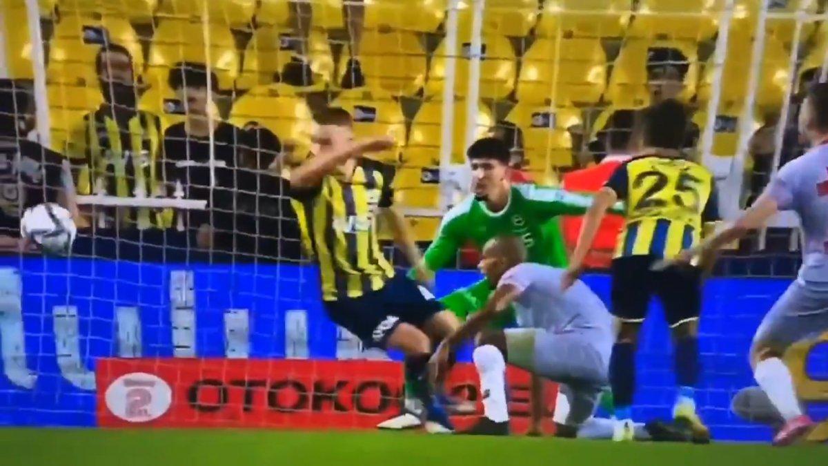 Fenerbahçe-Antalyaspor maçında tartışmalı penaltı pozisyonu #3