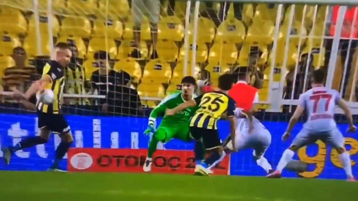 Fenerbahçe-Antalyaspor maçında tartışmalı penaltı pozisyonu #1