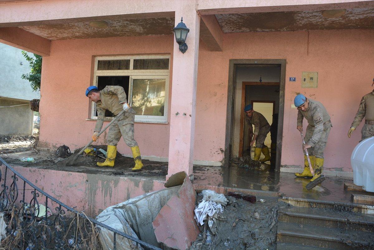 Kastamonu da sel mağdurları, destek için askerlere minnettar #6