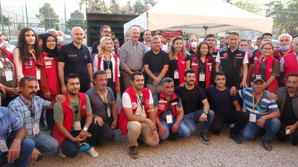 Süleyman Soylu selde gönüllü çalışan gençleri helikoptere bindirdi #3