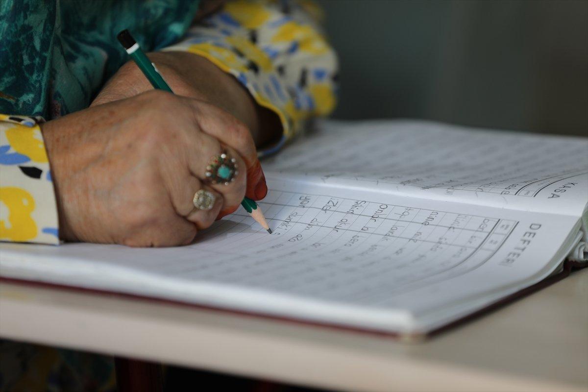 71 yaşında okuma yazma öğrenen Ayşe Teyze nin hayat hikayesi kitap oldu #6