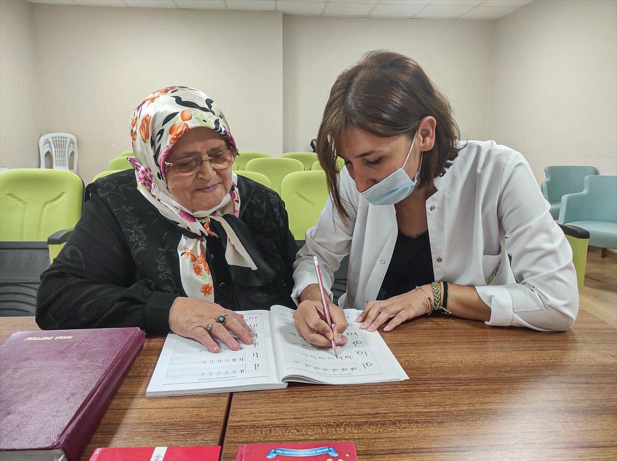 71 yaşında okuma yazma öğrenen Ayşe Teyze nin hayat hikayesi kitap oldu #4