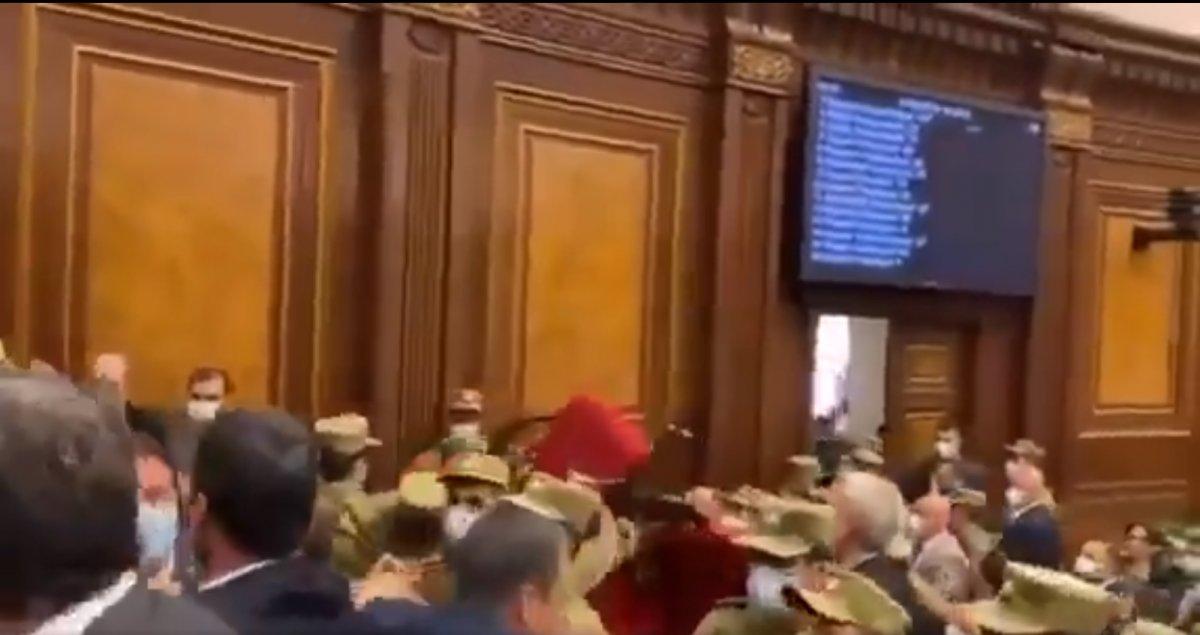 Ermenistan Parlamentosu nda kavga çıktı #1