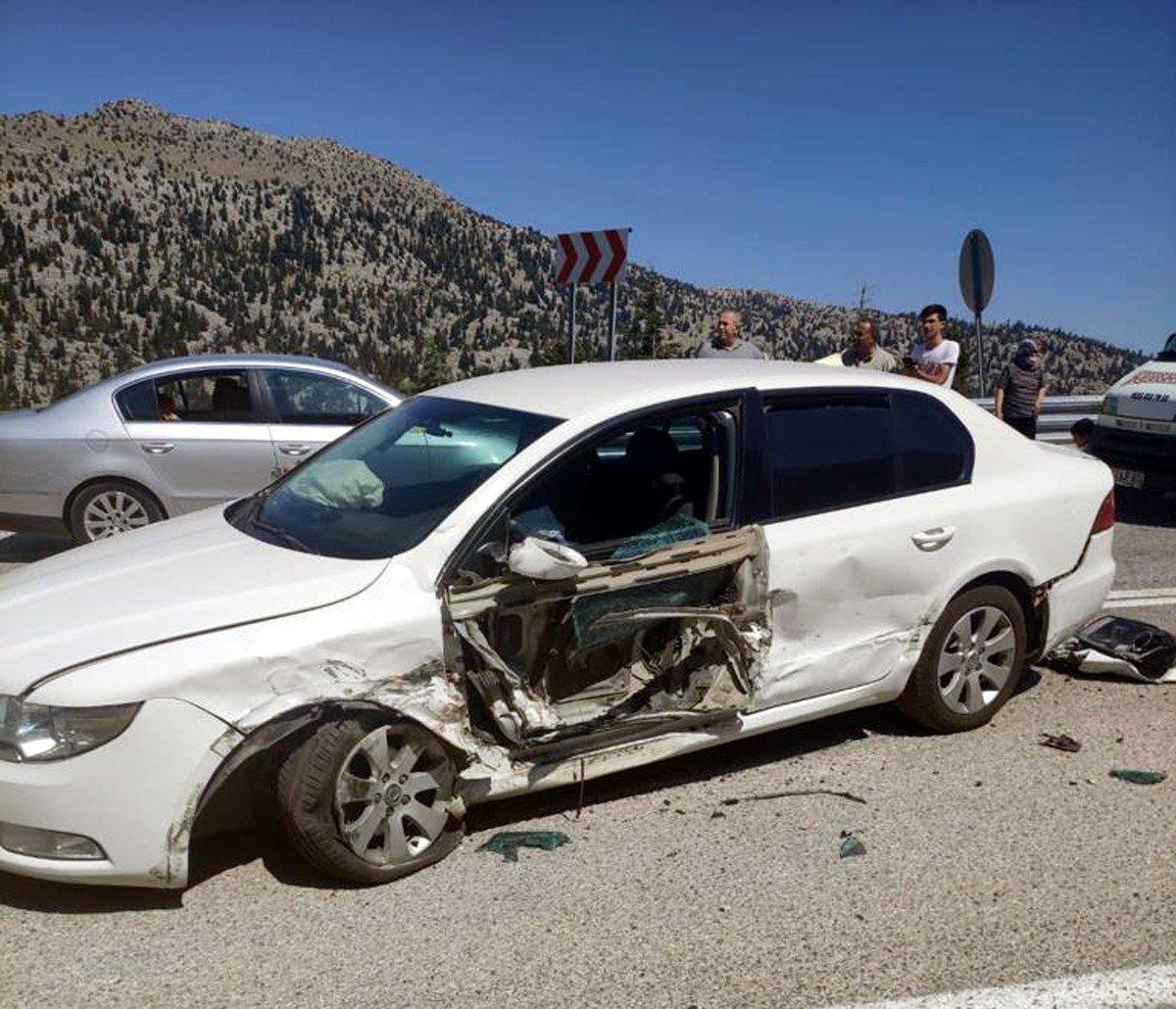Antalya'da üç aracın karıştığı kazada 7 kişi yaralandı #1