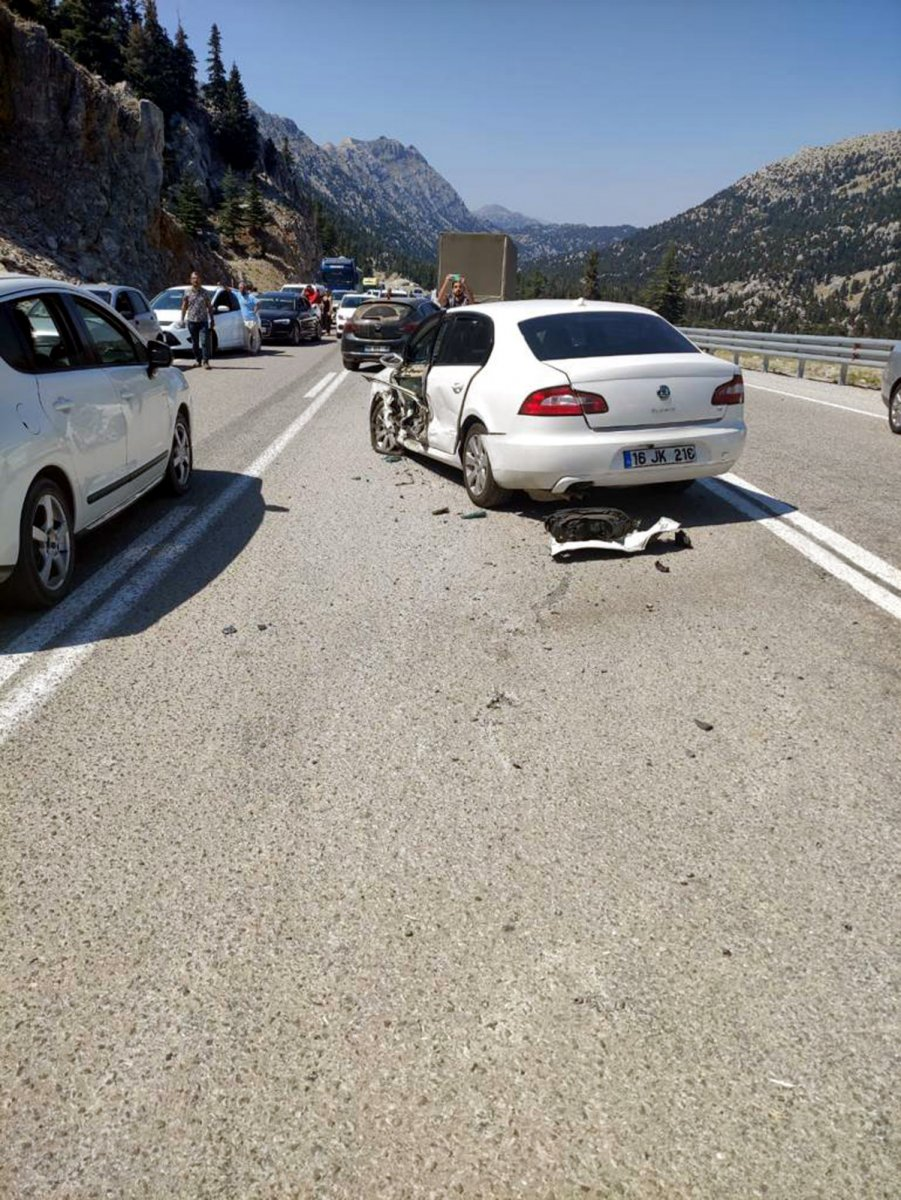 Antalya'da üç aracın karıştığı kazada 7 kişi yaralandı #3
