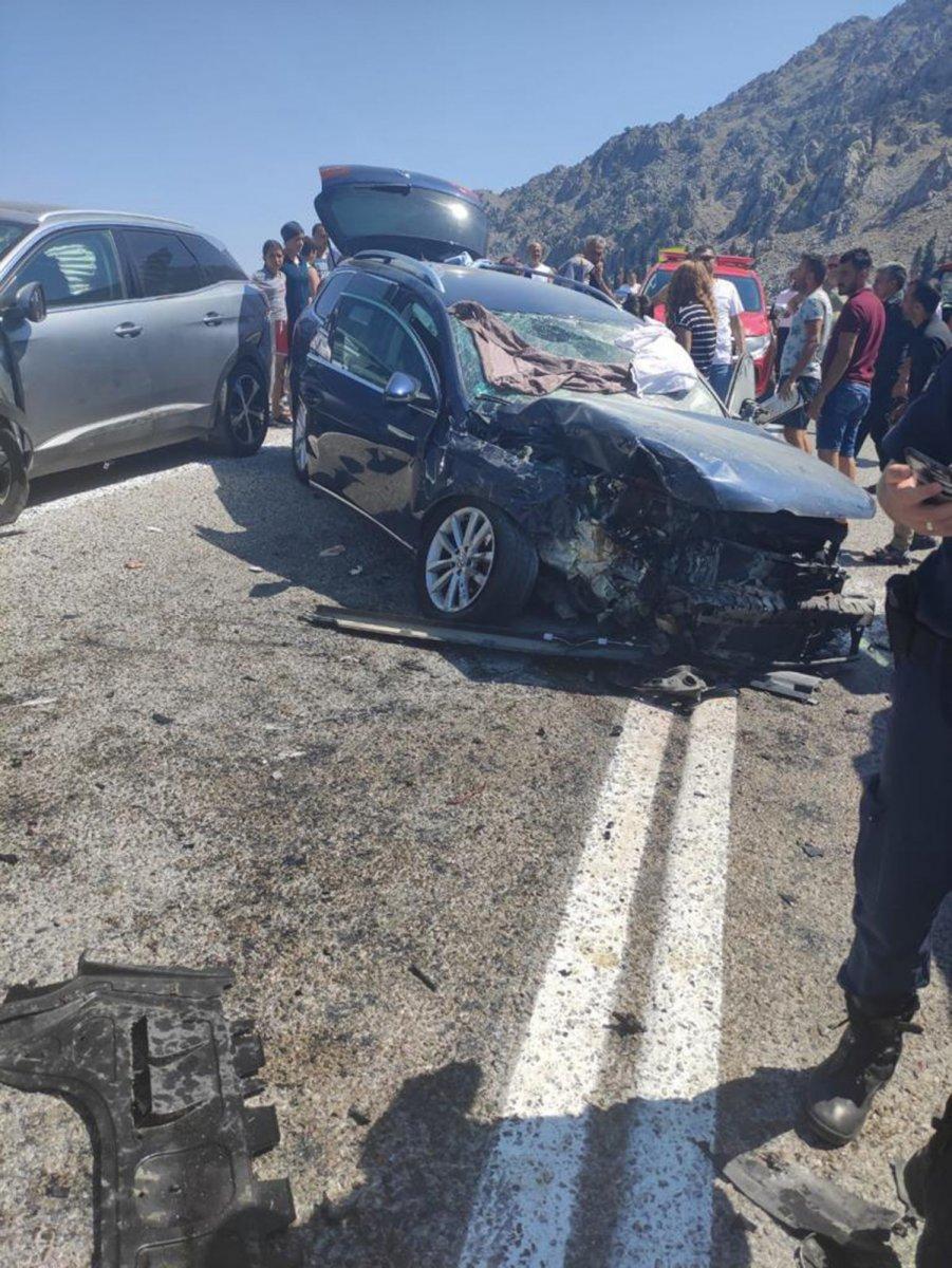Antalya'da üç aracın karıştığı kazada 7 kişi yaralandı #4