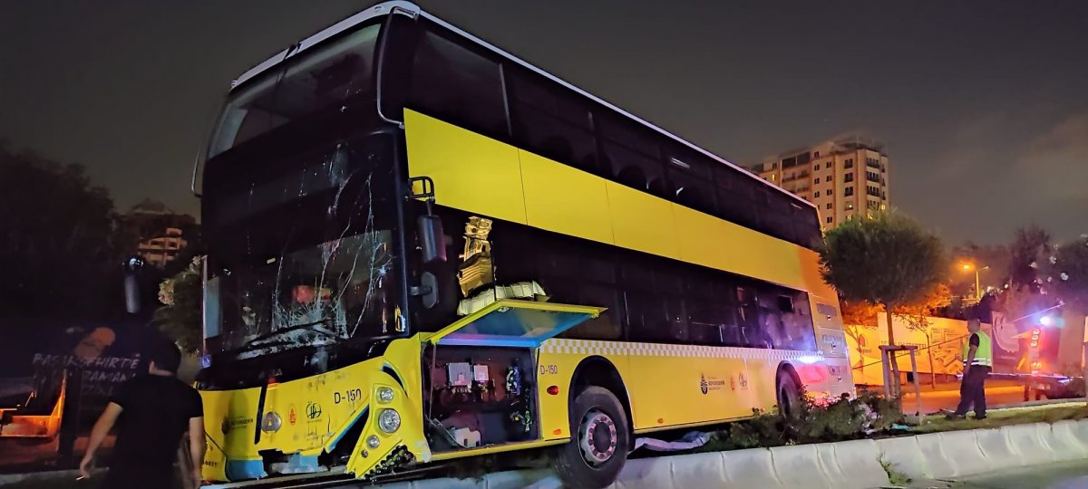 Başakşehir de çift katlı otobüs refüje çıktı #1