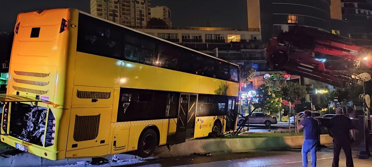 Başakşehir de çift katlı otobüs refüje çıktı #2