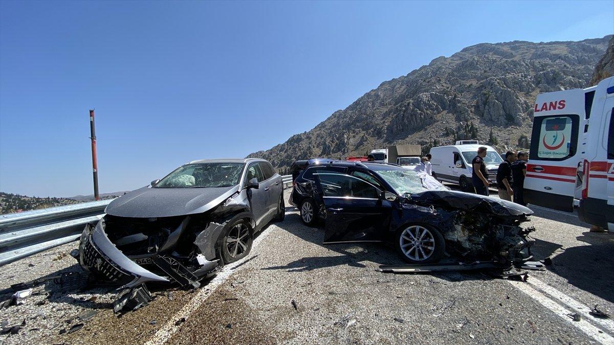 Antalya'da 3 otomobil çarpıştı: 4 yaralı  #2
