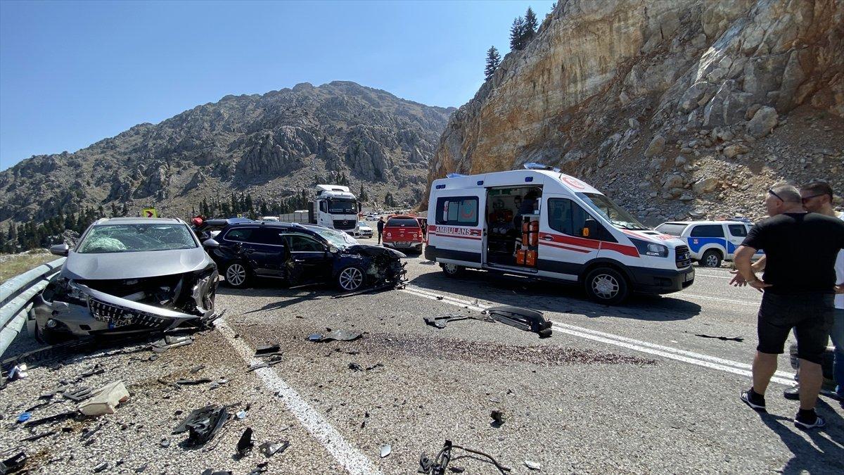Antalya'da 3 otomobil çarpıştı: 4 yaralı  #3