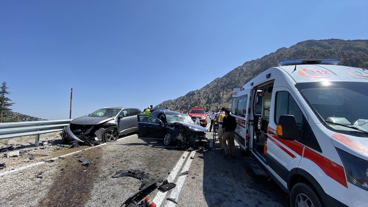 Antalya'da 3 otomobil çarpıştı: 4 yaralı  #1