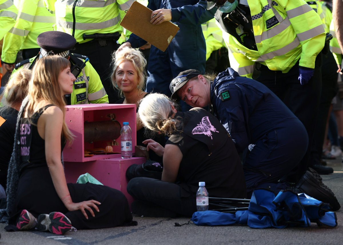Londra da eylemde bulunan çevreci grup geçmişte etrafa 120 ton çöp atmış #1