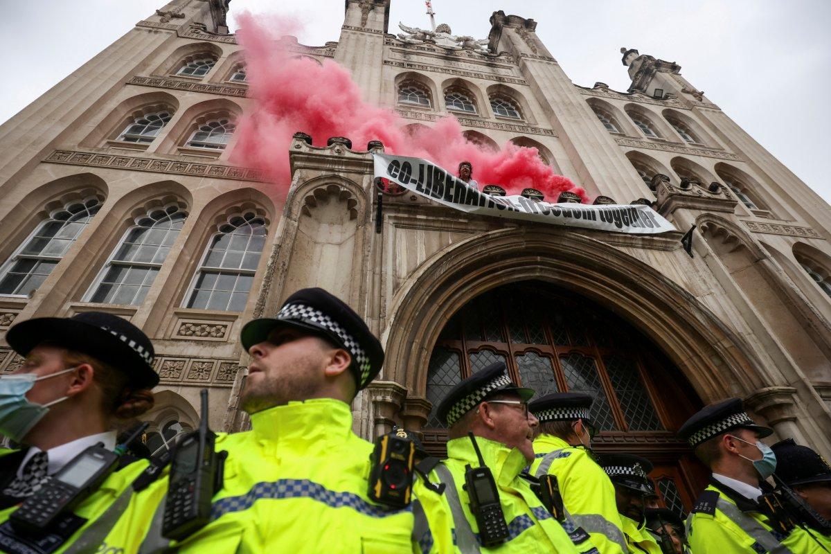 Londra da eylemde bulunan çevreci grup geçmişte etrafa 120 ton çöp atmış #3