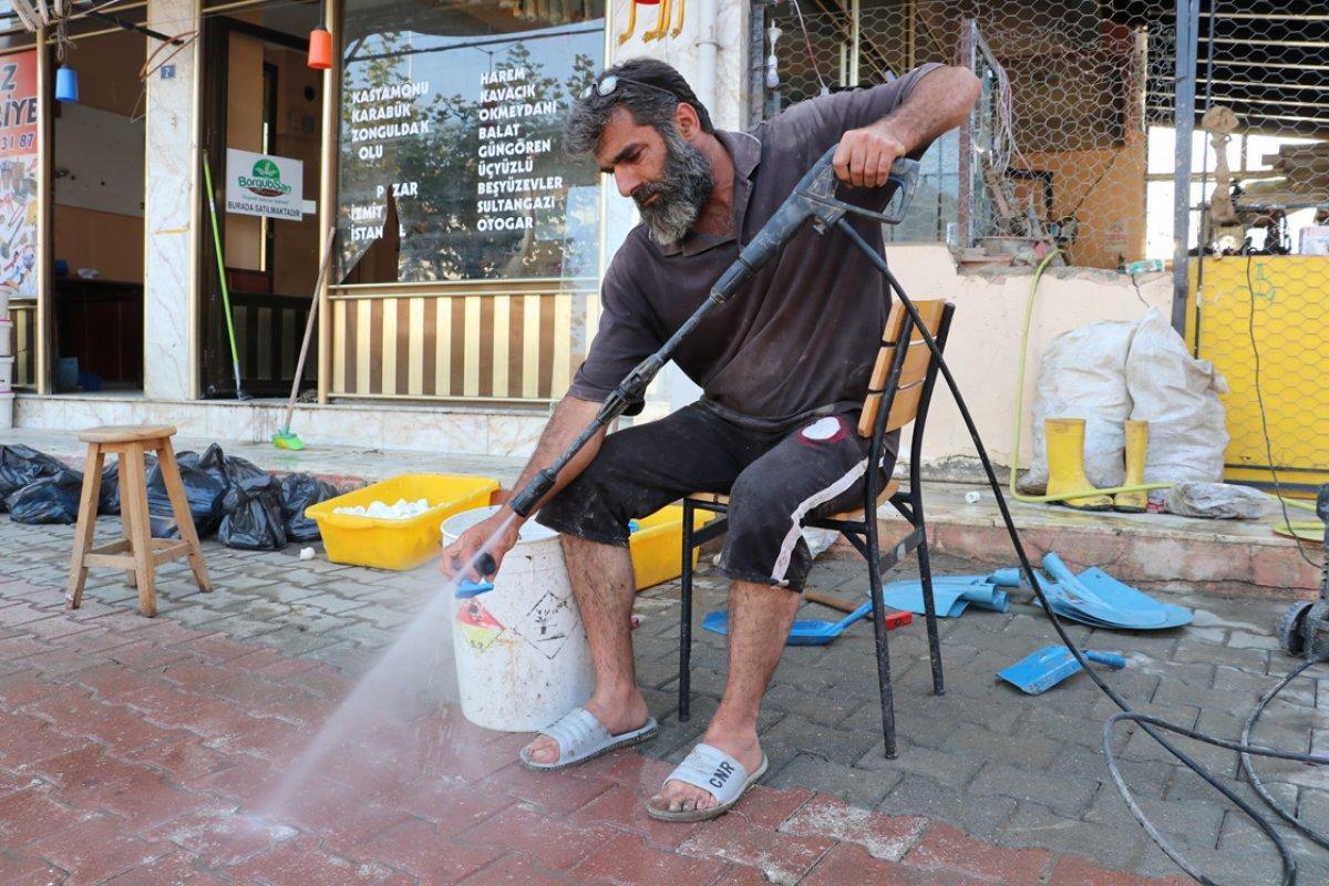 Kastamonu da selden çamur olan malzemelerini tek tek yıkıyor #2