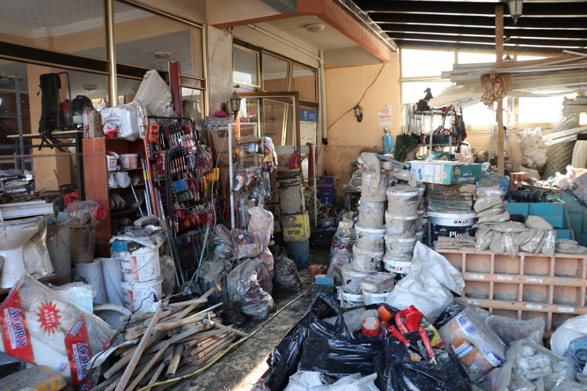Kastamonu da selden çamur olan malzemelerini tek tek yıkıyor #3