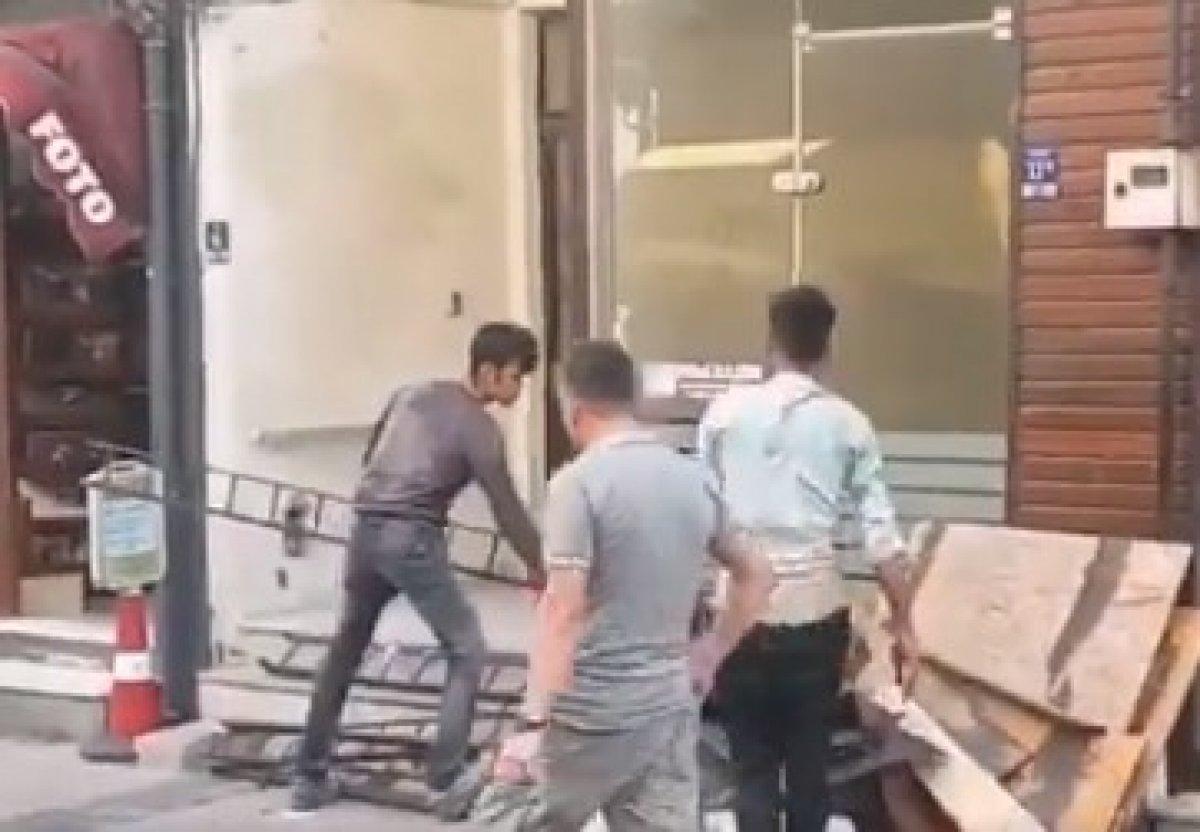 Çanakkale de CHP ilçe başkanlığı binasının tadilatında Afgan işçiler çalışıyor #2