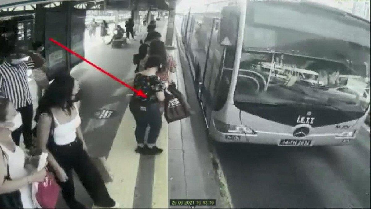 İstanbul da metrobüste yankesicilik yapan kadınlar #1