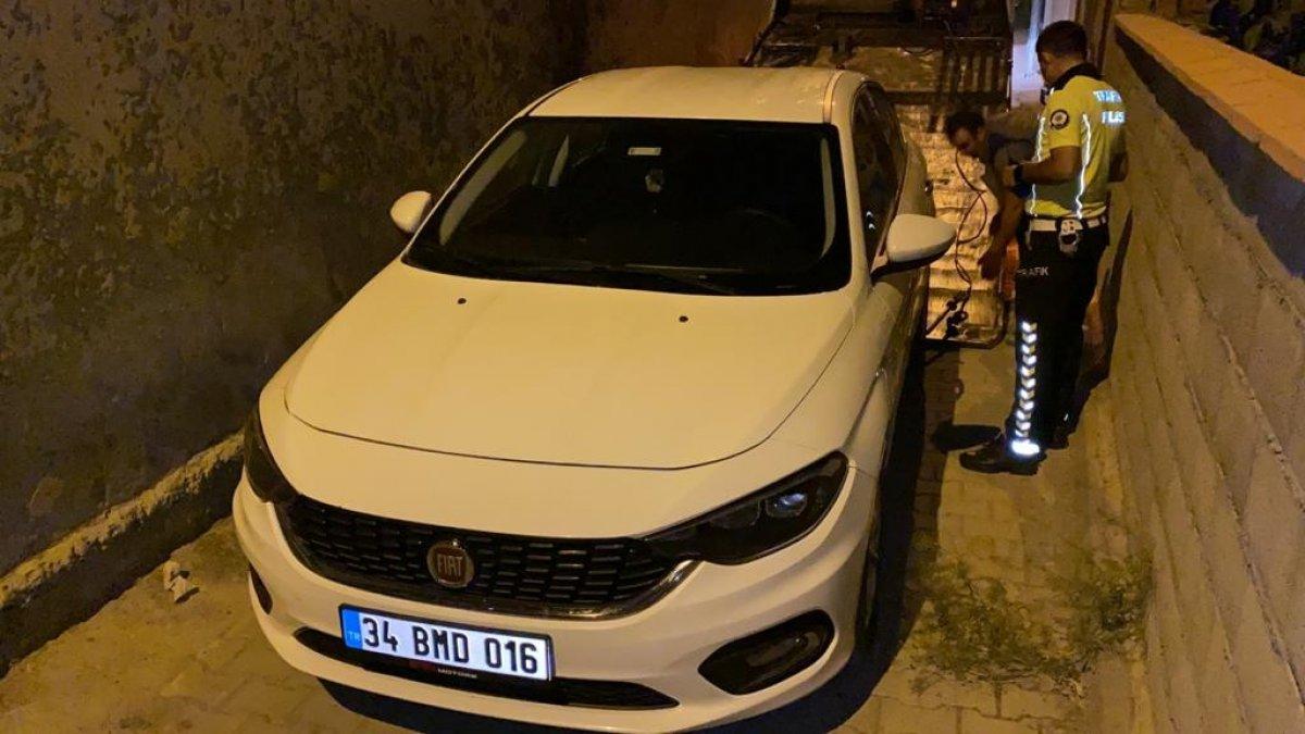 Bursa'da polisten kaçarken çıkmaz sokağa girince, aracını bırakıp kaçtı #3