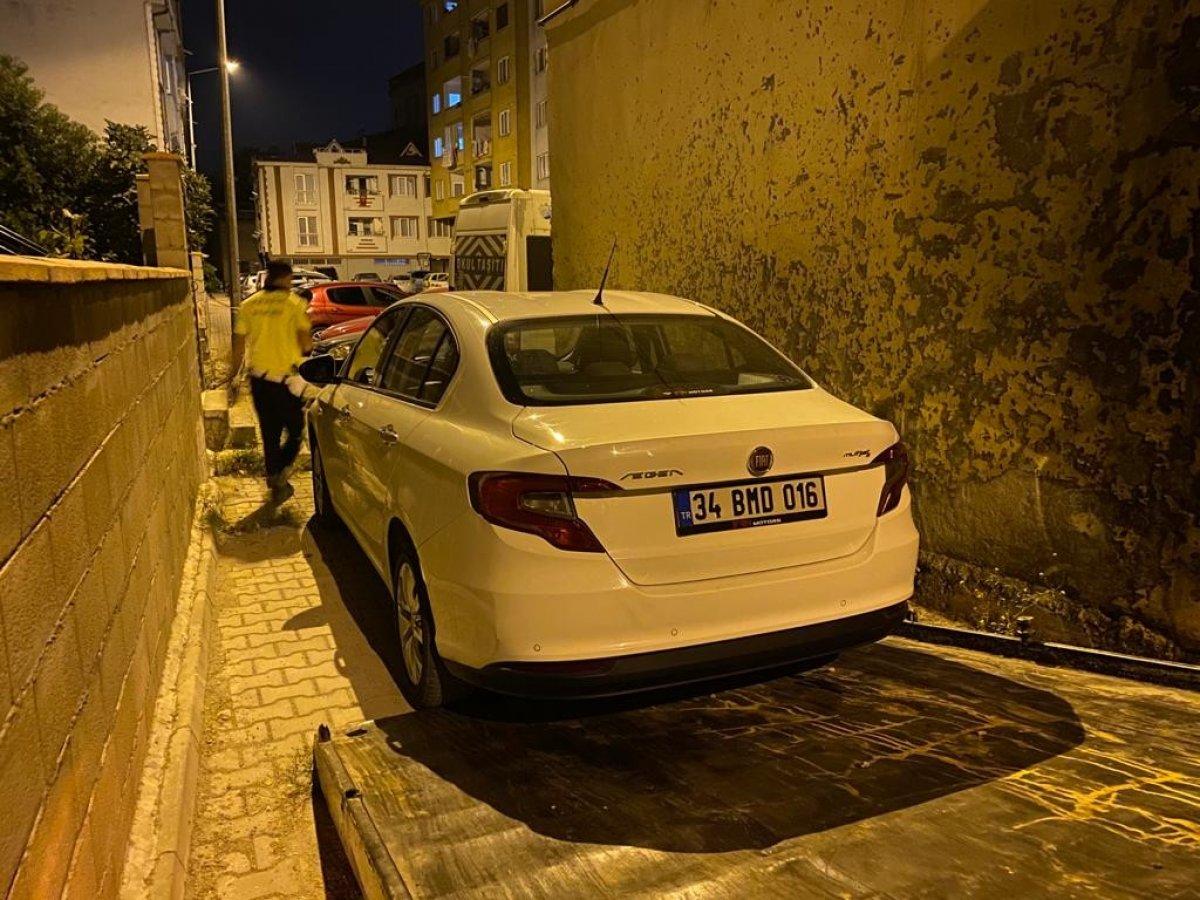 Bursa'da polisten kaçarken çıkmaz sokağa girince, aracını bırakıp kaçtı #2