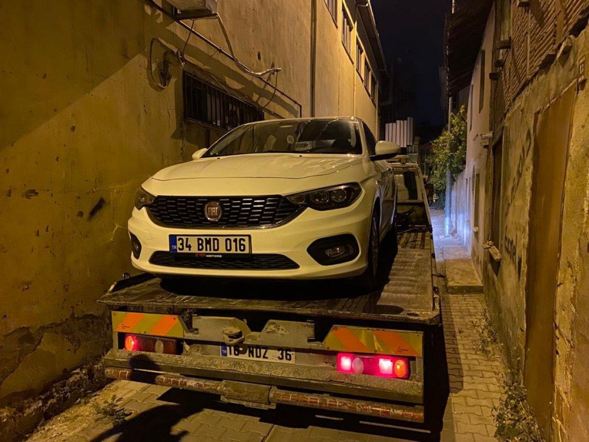 Bursa'da polisten kaçarken çıkmaz sokağa girince, aracını bırakıp kaçtı #4