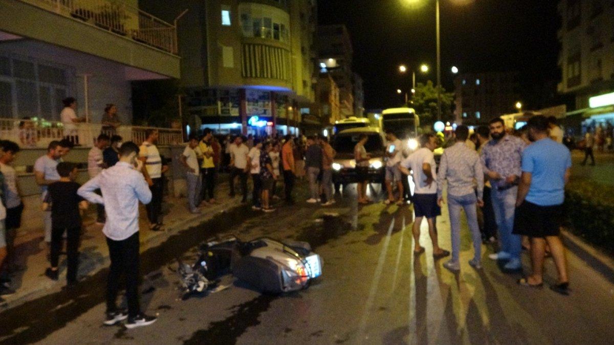 Antalya da bir minibüs caddede olan insanları metrelerce sürükledi #1