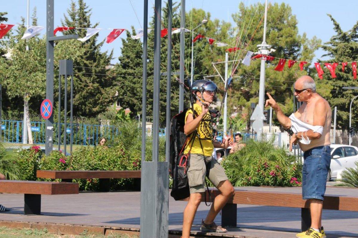 Antalya da yasağa aldırmayan İtalyan paraşütçü aydınlatma direğine takıldı #1
